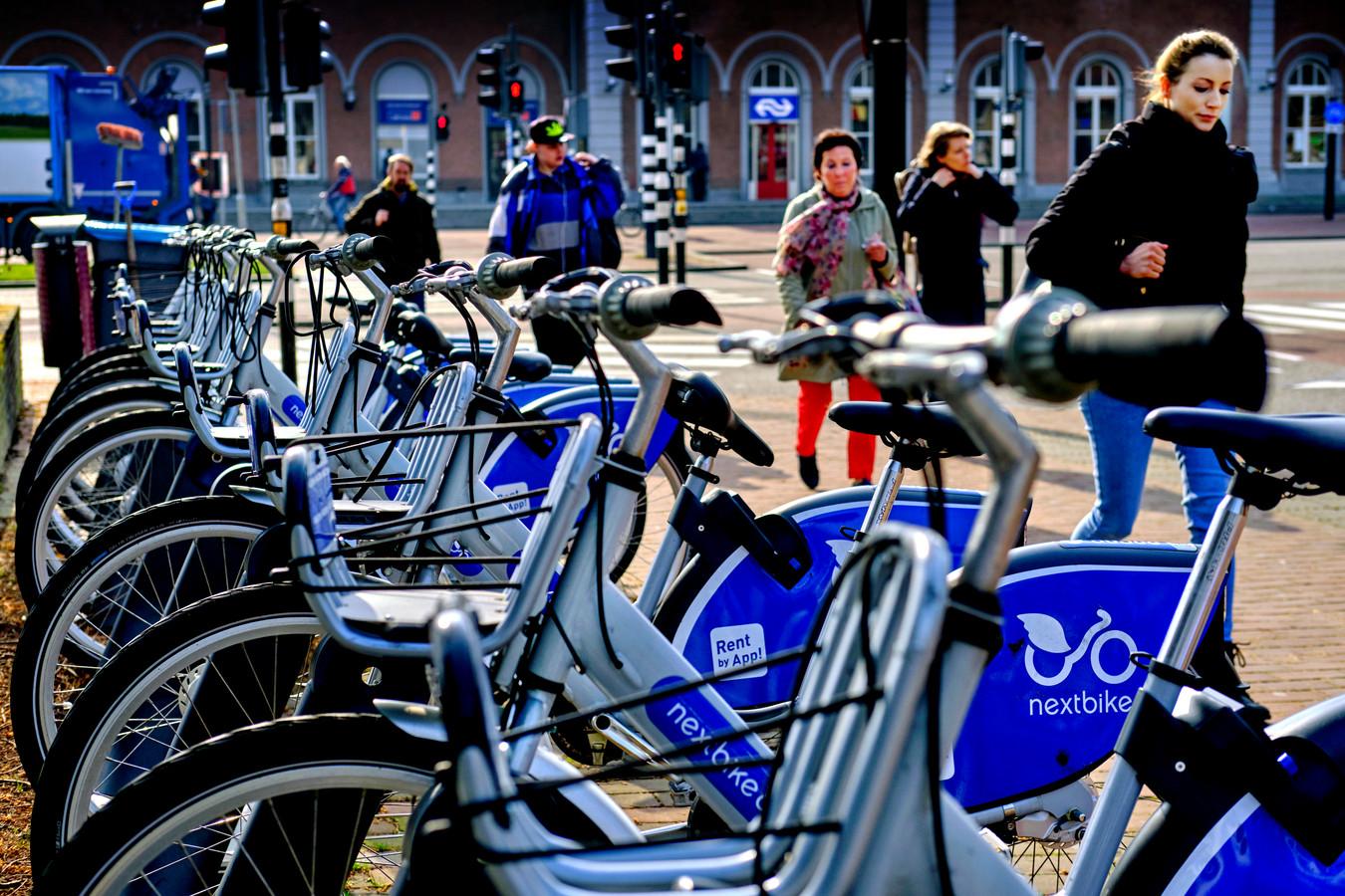 De fietsen van Nextbike zijn via Arriva in Dordrecht beland. Nu Qbuzz het vervoer in de stad op zich heeft genomen krijgen ook de deelfietsen in de toekomst een andere invulling.