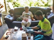 Vrouw (92) struikelt over stoeptegel en breekt arm op drie plekken: 'Gemeente gaf slechts 500 euro schadevergoeding'