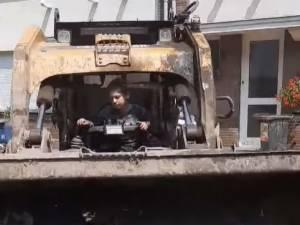 À 6 ans, il prend les commandes d'une pelleteuse pour venir en aide aux sinistrés à Pépinster