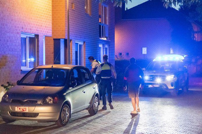 De steekpartij vond 's avonds plaats toen de dader, vermomd als pakjesbezorger, aanbelde bij zijn rivaal.