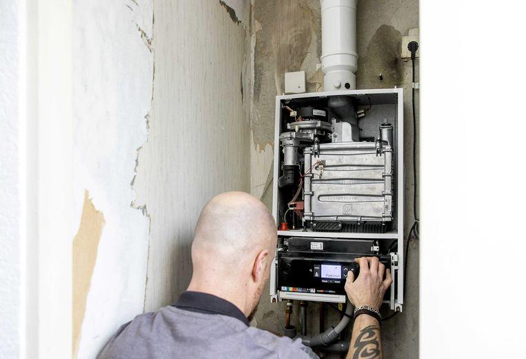 Een cv-ketelmonteur aan het werk. Vanwege het koude weer en flinke sneeuwval hebben verwarmingsbedrijven het extra druk.  Beeld ANP