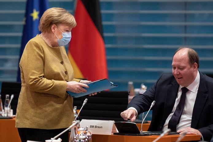 Bondskanselier Angela Merkel (L) met kanselarijchef en minister van Speciale Taken Helge Braun. Hij leidt de voorbereidende vergaderingen voorafgaand aan het overleg tussen Berlijn en de deelstaten.