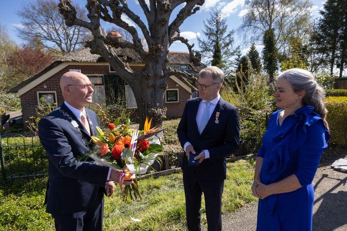 Herman Harder uit Wilsum nam vandaag een lintje in ontvangst uit handen van vertrekkend burgemeester Bort Koelewijn.