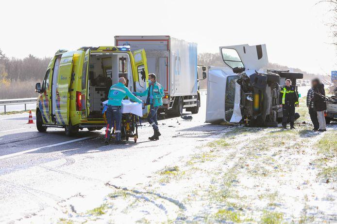 Ambulancepersoneel ontfermde zich over de inzittenden van de voertuigen van het eerste ongeluk.