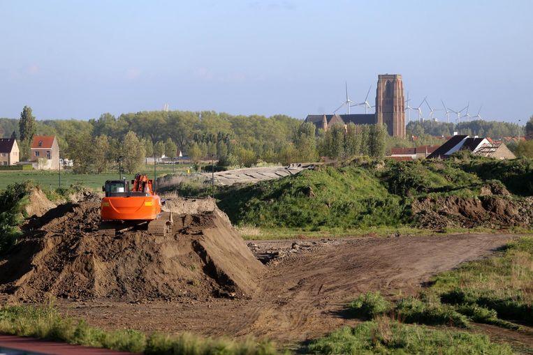 De aanleg van de buffer is volop aan de gang vlak bij de kerk van Lissewege.