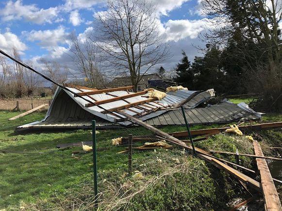 BAASRODE - Het dak van een woning in de Geerstraat kwam in een weide aan de overkant terecht.