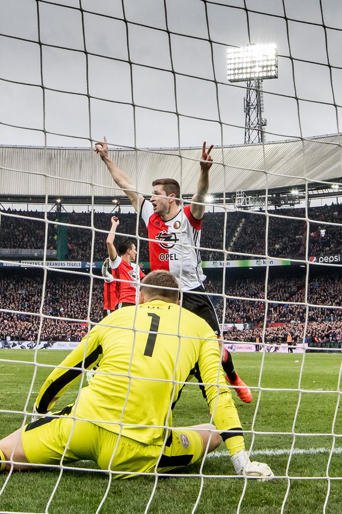 Jeroen Zoet en PSV zijn het haasje nadat hij de bal over de doellijn trekt.