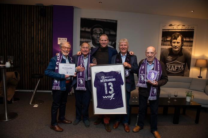 De Strangers ontvangen een gesigneerd shirt voor hun ambassadeurschap bij Beerschot.