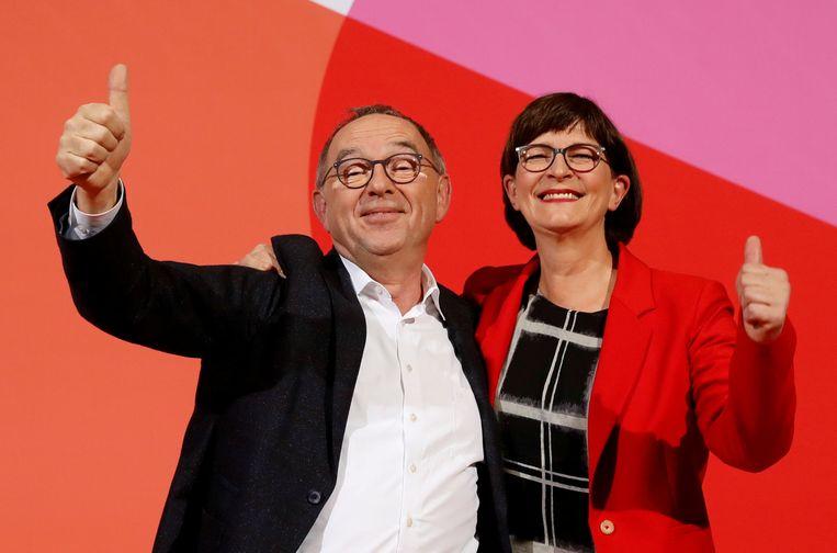 Norbert Walter-Borjans en Saskia Esken, de nieuwe voorzitters van de SPD. Beeld Reuters