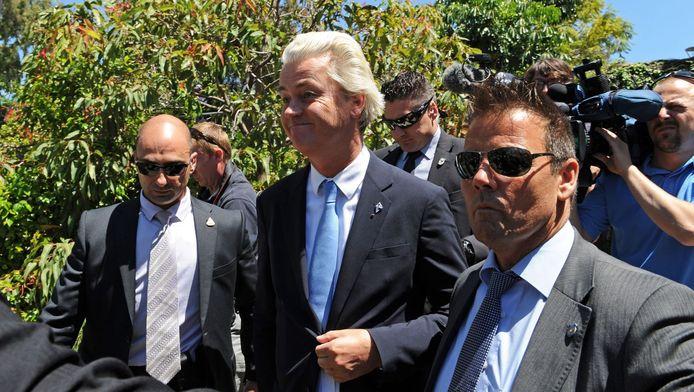 De beveiligers wijken niet van de zijde van Geert Wilders.