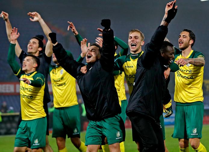 Fortuna Sittard spelers juichen na de 2-0 winst in de Kuip