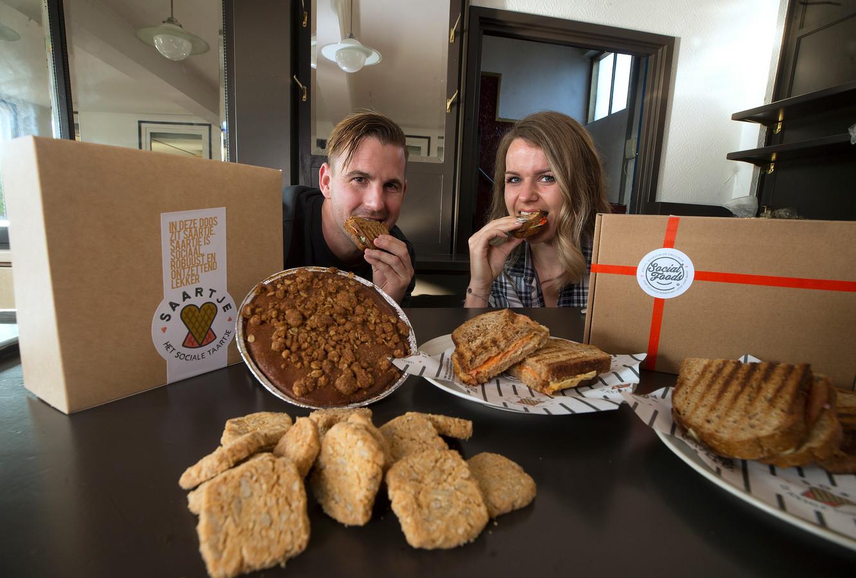 Bart Schrier en zijn vriendin Nicole Koehorst snoepen va hun Social Foods.