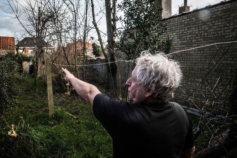 Alain De Coessemaeker in zijn tuin. 'Het zou een leukere wereld zijn als mensen een beetje minder tegen elkaar liepen te klagen.' Beeld Bas Bogaerts