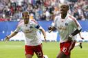 Vincent Kompany (R) viert zijn 1-0 tegen FC Dacia Chisinau met aanvoerder Rafael van der Vaart in de strijd om de UEFA Intertoto Cup.