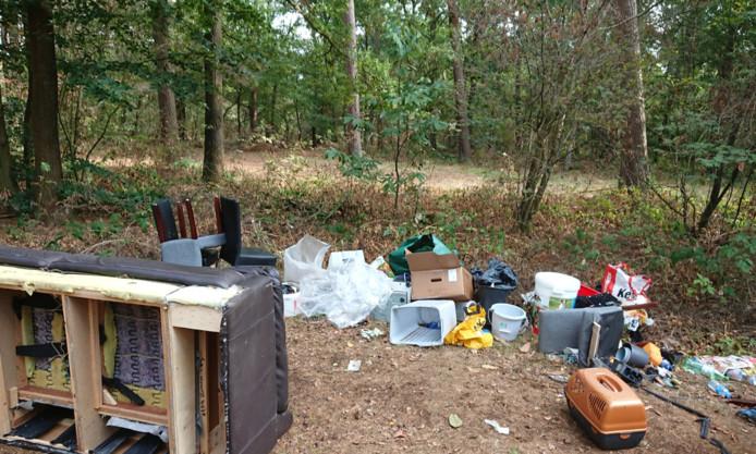 Grote hoeveelheid afval gedumpt in de Chaamse Bossen.