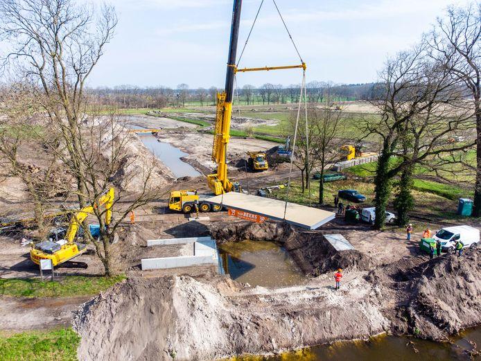 De brug wordt er gewoon in getild door grote kranen. Zes ton weegt het gevaarte.