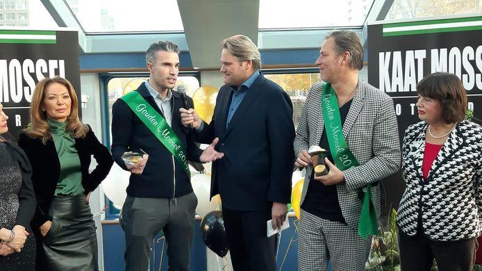 Robin van Persie en Sander de Kramer nemen hun Gouden Mossel in ontvangst.