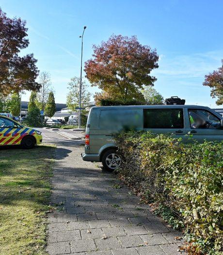 Automobilist wordt onwel en belandt met bestelbus in voortuin Oisterwijk