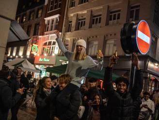 IN BEELD. Britten troepen samen en vieren massaal feest tijdens eerste weekend na heropening van horeca