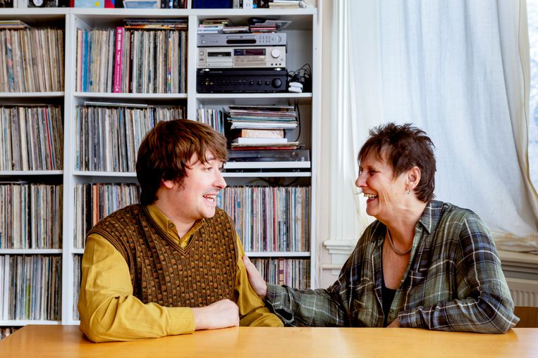 Fredie Kuiper naast Yorick van Norden, een muzikant aan wie ze de handtekening geschonken heeft.'Hij oogt en klinkt als een Beatle.Die handtekening moest naar hem.' Beeld Pauline Marie Niks