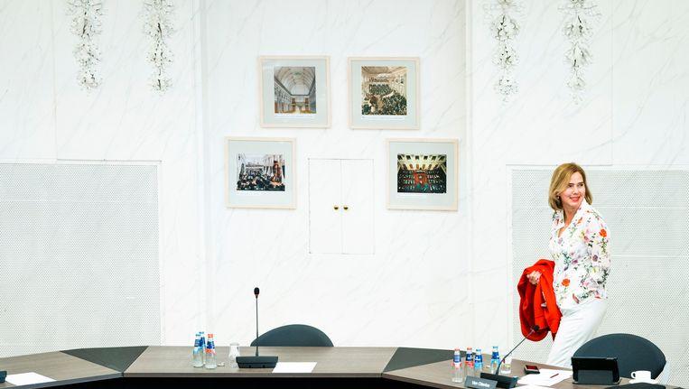 Minister Cora van Nieuwenhuizen van Infrastructuur en Waterstaat (VVD) tijdens de schorsing van een notaoverleg in de Oude Zaal over mogelijke steunmaatregelen aan Air France - KLM.  Beeld Freek van den Bergh / de Volkskrant