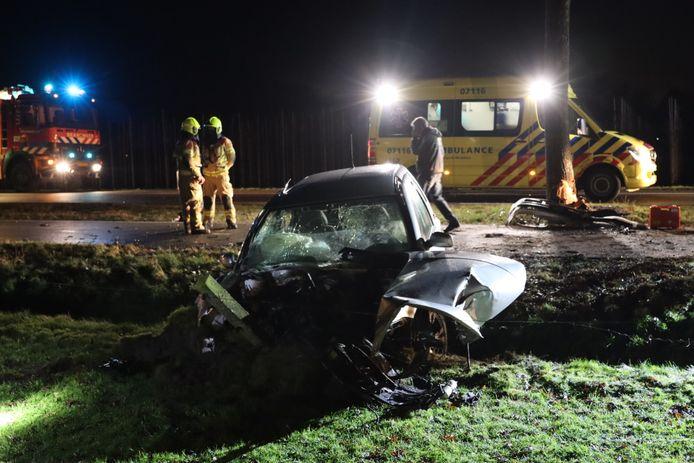 Door de botsing tegen de boom belandde de auto gedeeltelijk in de sloot.
