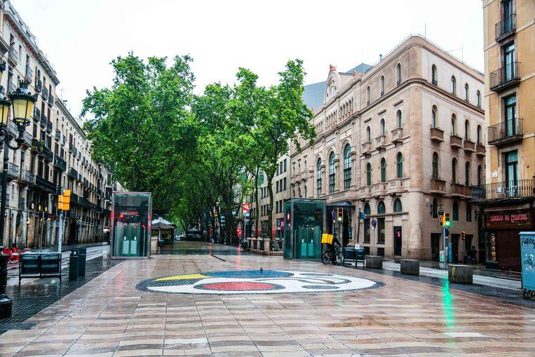 De ramblas, normaal een hotspot in Barcelona, zijn leeg. Spanje snakt naar toeristen. Beeld Getty Images