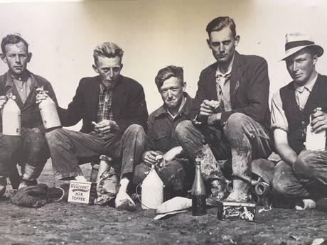 Gezocht: Wie zijn de polderpioniers op deze foto?