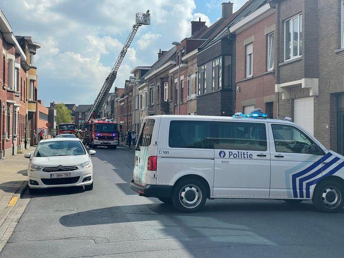 De Wilgenstraat in Roeselare bleef tijdens de bluswerken afgesloten.