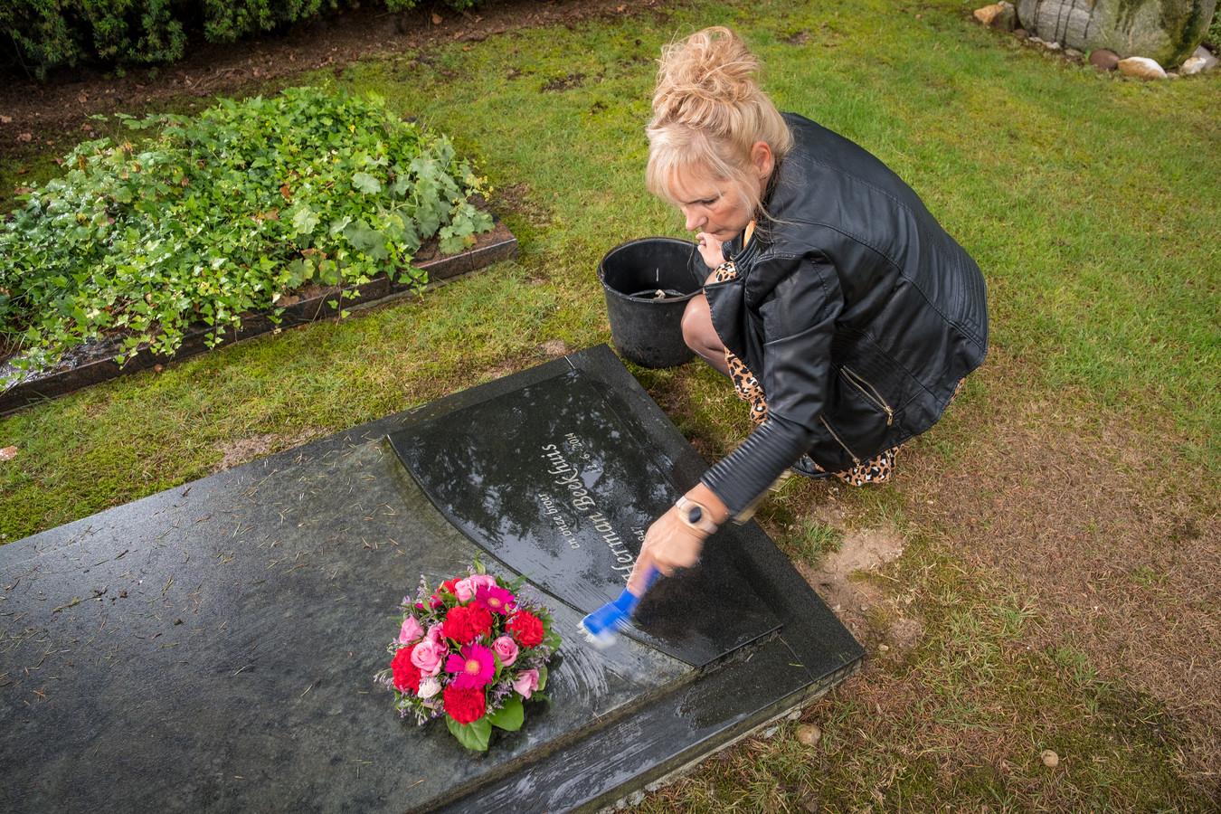Jolanda de Vries bij het graf van broer Herman. Vorig jaar dacht ze dat de juridische strijd met de Prinsen Geerligs Stichting uit Putten voorbij was, maar maandag stond ze toch weer voor de rechter.