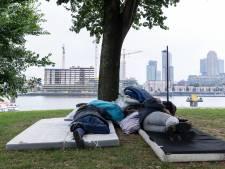 Dakloos met uitzicht op Rotterdamse wolkenkrabbers: 'Buurtbewoners geven ons eten'