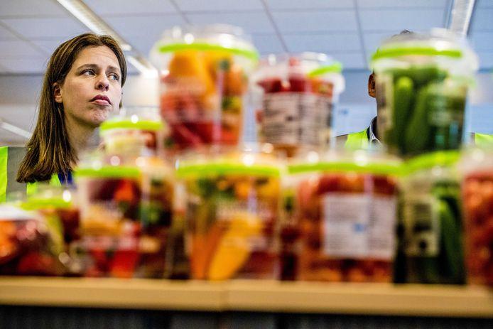 Het is onvermijdelijk dat de prijzen voor bepaald voedsel omhoog gaan om de omslag naar 'kringlooplandbouw' te maken, zo reageert minister Carola Schouten (LNV) op de kritiek op haar plannen.
