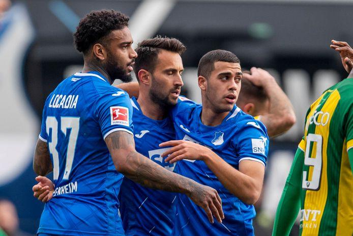 Ilay Elmkies (r) viert bij Hoffenheim een goal van Jürgen Locadia (l).