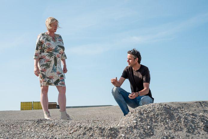 Erik van Uffelen bespreekt met wethouder Ankie Smit de kwaliteit van de berg bodemas die bestemd is voor de nog te verwezenlijken nieuwe rotonde en nieuwe aansluiting van de N57 bij de Schelphoek in Serooskerke.
