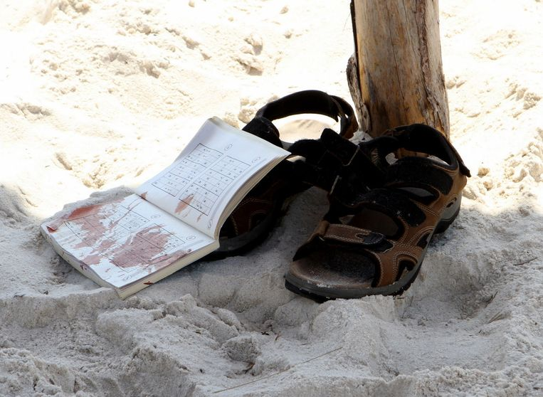 Spullen van een toerist op het strand in Sousse. Beeld afp