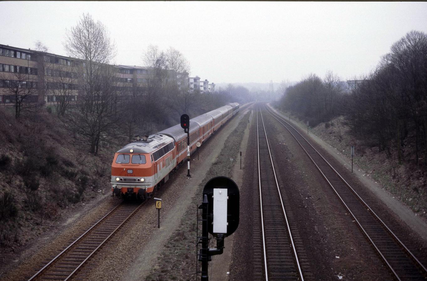 De Austria Express vanuit Wenen dendert in februari 1987 langs het Nijmeegse studentencomplex Hoogeveldt.
