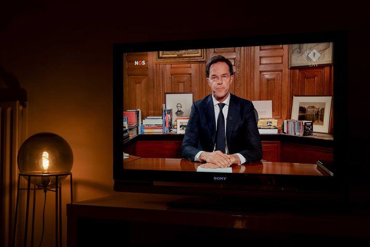 Premier Mark Rutte spreekt in maart 2020 op televisie het land toe over het coronavirus. Daar begint de verwarring al over het beleid dat Nederland voert.  Beeld ANP