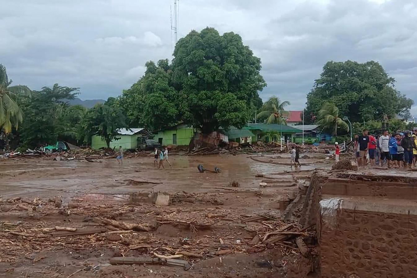Aardverschuivingen en overstromingen zorgen voor grote problemen.