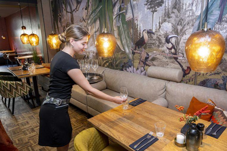 In restaurant Black and Blue worden de laatste voorbereidingen getroffen voor de heropening.  Beeld ANP