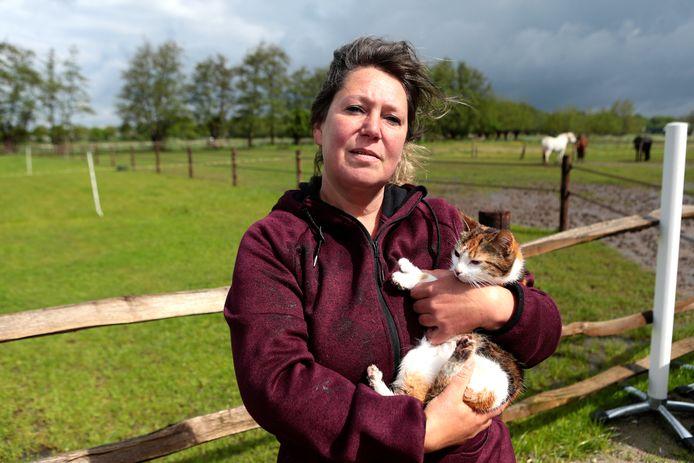 Ghita Hulster en poes Lucy kunnen hun geluk niet op: de drie verdwenen kittens zijn weer terecht.