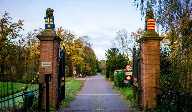 De ingang bij Voorschoten van koninklijk landgoed de Horsten. Beeld Freek van den Bergh / de Volkskrant