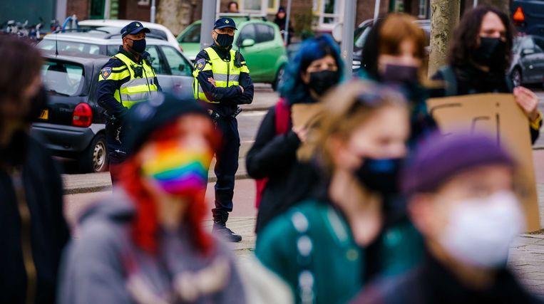 Actievoerders houden een stilstaand protest bij politiebureau Marconiplein tegen racisme bij de politie. BIJ1 Rotterdam en de linkse actiegroep Doorbraak eisen het ontslag van de vijf agenten die zich in appgroepen racistisch uitten. Beeld ANP