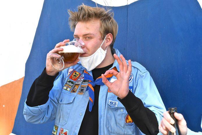 Leider Vic Vermeersch is enthousiast over het nieuw bier Grensvuurke.