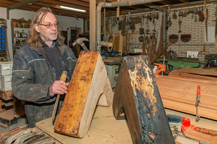 Richard van den Berg toont in de werkplaats kleine spanten die deel uitmaken van het zeilwerk, links een vernieuwde en rechts een door zwammen aangetaste exemplaar.