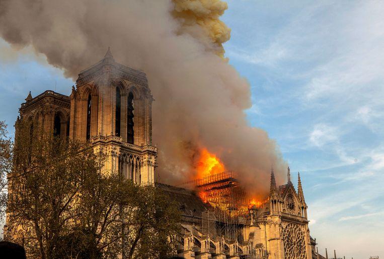 In de brand van de Notre-Dame zien velen ter rechterzijde een teken van de ondergang van het Avondland.  Beeld AP