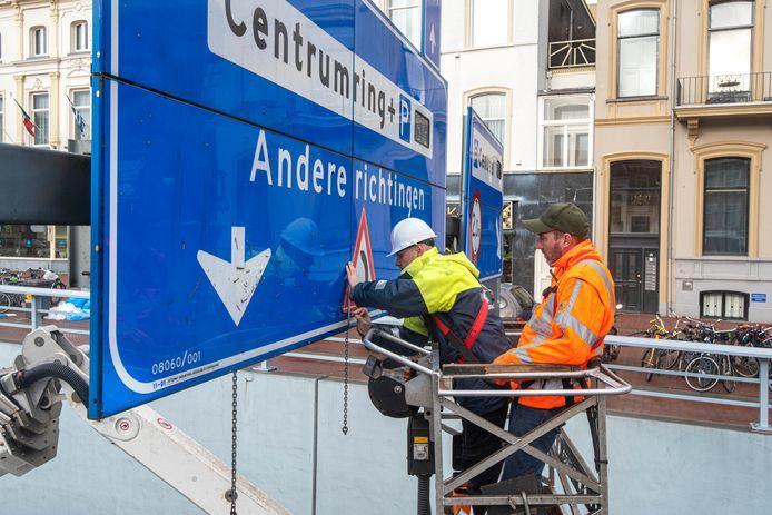 Plaatsing van een een waarschuwingsteken bij de Willemstunnel aan het begin van dit jaar. De sticker duidt op 'scherpe bocht' .