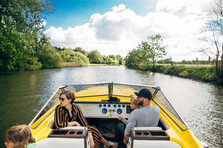 De boot ligt op de Leie in Drongen. Het gezin vaart in de zomer meermaals per week.  Beeld Eva Vlonk