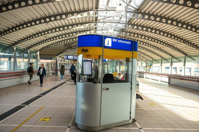 De NS wil het aantal servicestations verminderen. De werknemers zijn daar niet blij mee en staken.