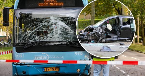 Automobiliste raakt zwaargewond na frontale botsing met stadsbus in Apeldoorn.