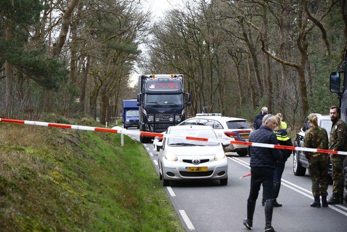 De N310 bij Elspeet was gistermiddag na het ongeluk urenlang afgezet.